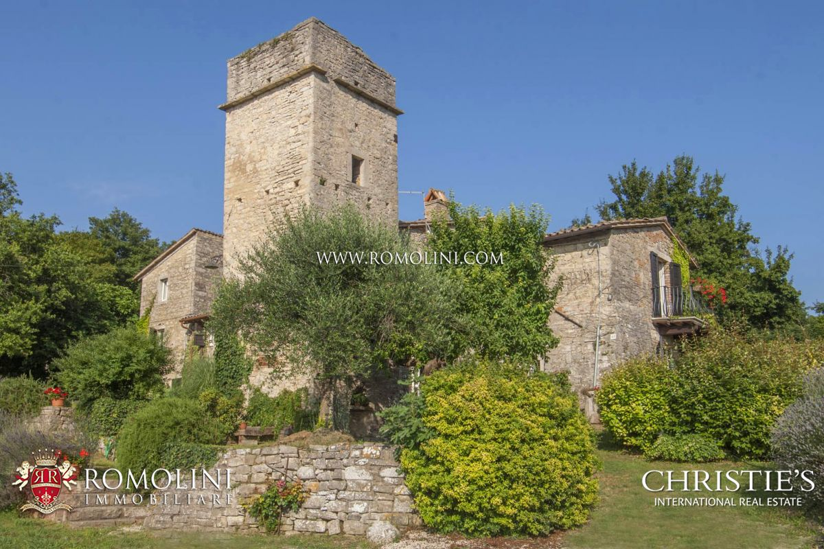 Villa per Vendita alle ore Umbria - 6 BEDROOM FARMHOUSE WITH TOWER FOR SALE BETWEEN TODI AND ORVIETO Baschi, Italia