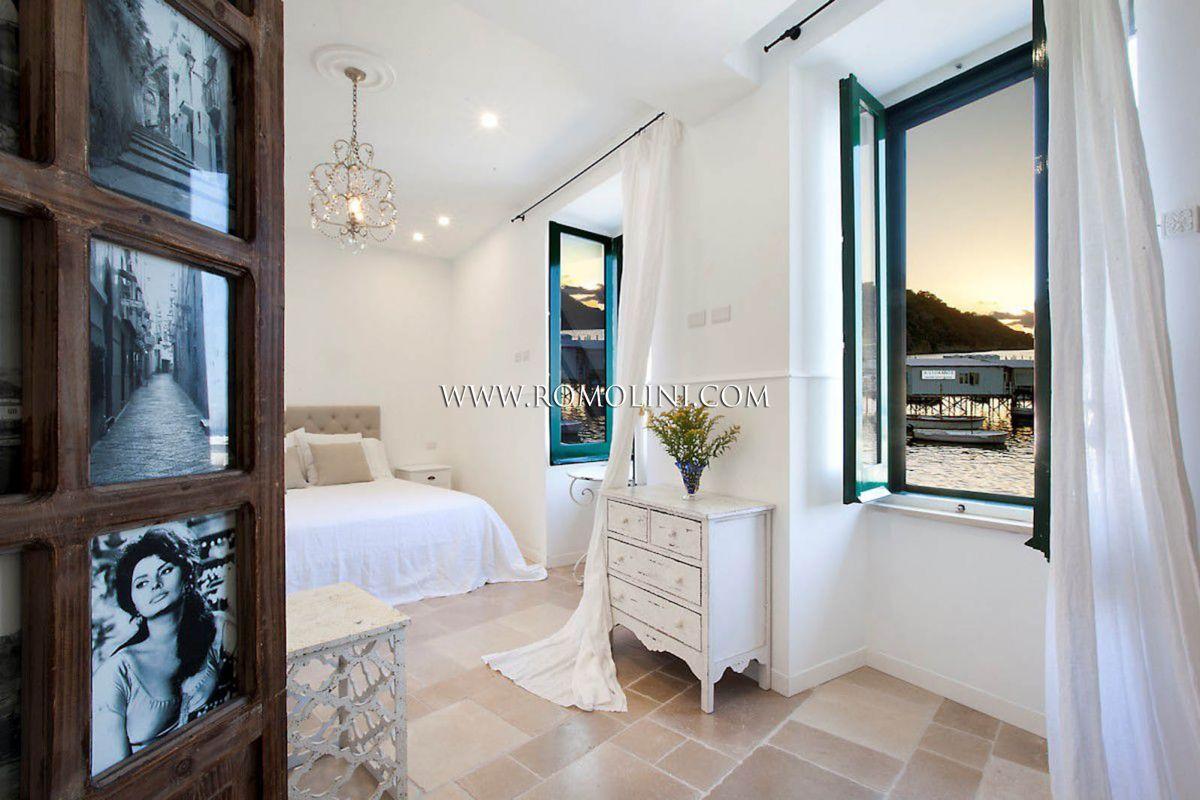 Appartamento di lusso sorrento fronte mare in vendita for Case in vendita sorrento