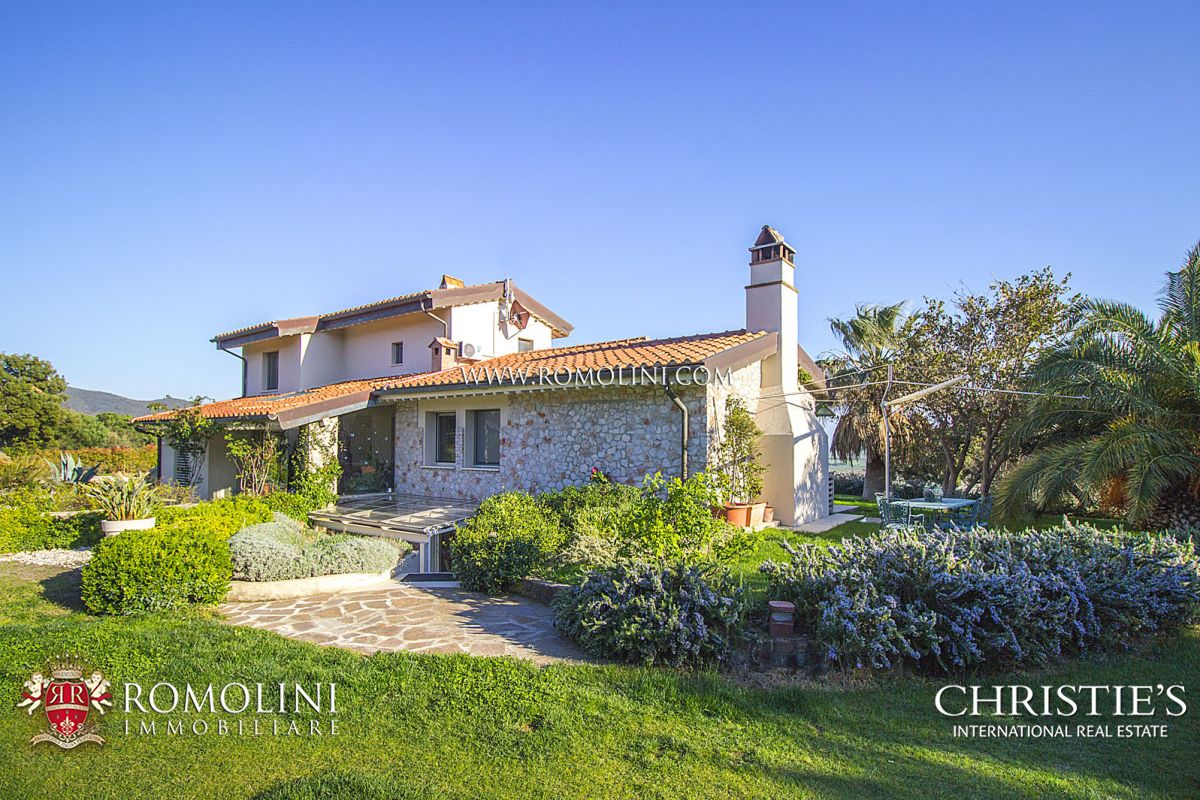 Additional photo for property listing at Tuscany - CASTIGLIONE DELLA PESCAIA: LUXURY VILLA WITH SEA VIEW FOR SALE Castiglione Della Pescaia, Italy