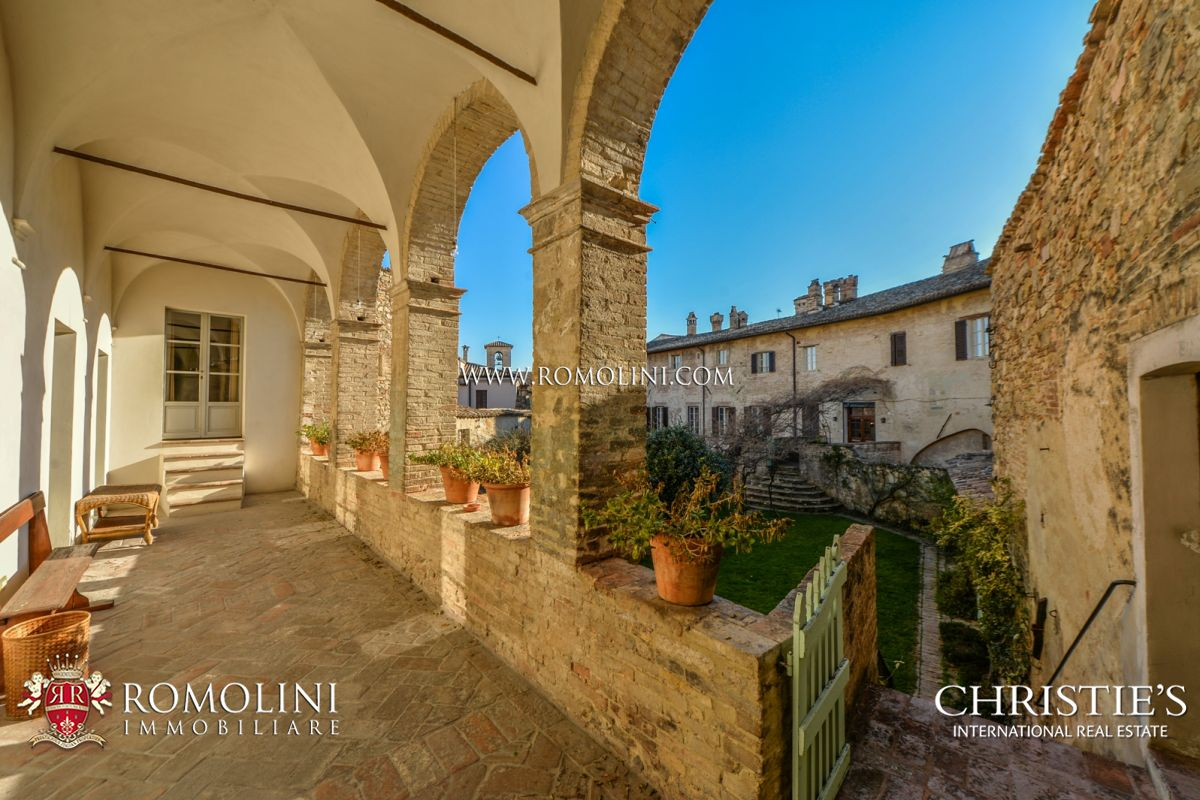 Villas / Stadthäuser für Verkauf beim Umbria - BEVAGNA: PRESTIGIOUS HISTORICAL MANSION OF ROMAN ORIGINS FOR SALE Foligno, Italien