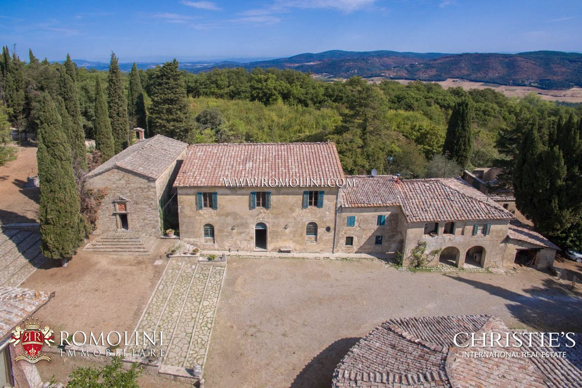 Additional photo for property listing at Tuscany - SIENA: HISTORIC ESTATE WITH MANOR HOUSE, CHURCH AND LAND FOR SALE Siena, Italie
