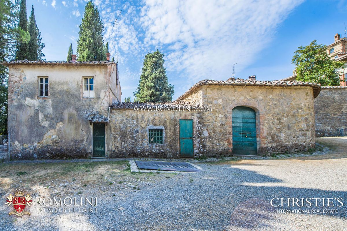 Additional photo for property listing at Tuscany - SIENA: HISTORIC ESTATE WITH MANOR HOUSE, CHURCH AND LAND FOR SALE Siena, Italië
