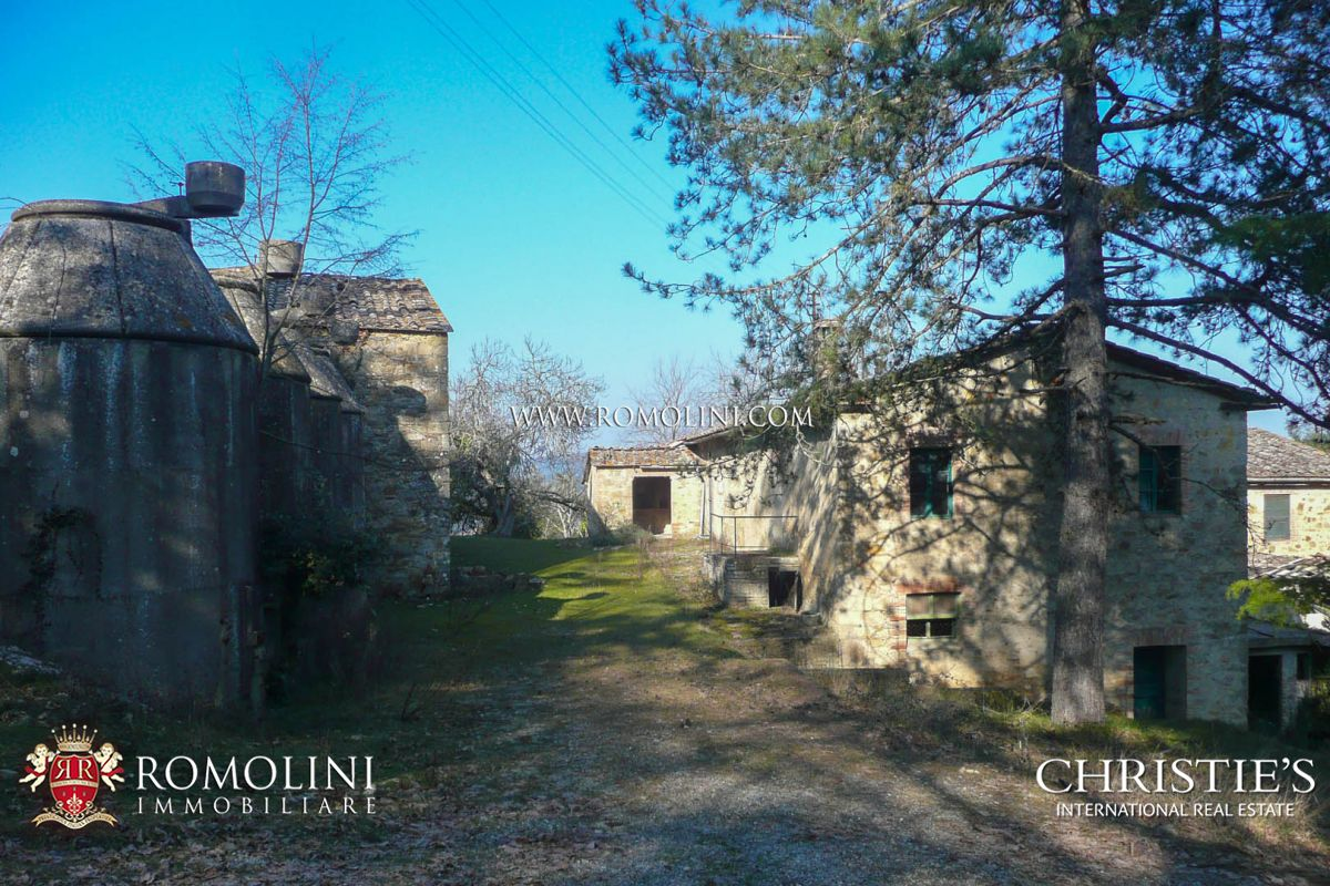 Additional photo for property listing at Tuscany - SIENA: HISTORIC ESTATE WITH MANOR HOUSE, CHURCH AND LAND FOR SALE Siena, Ý