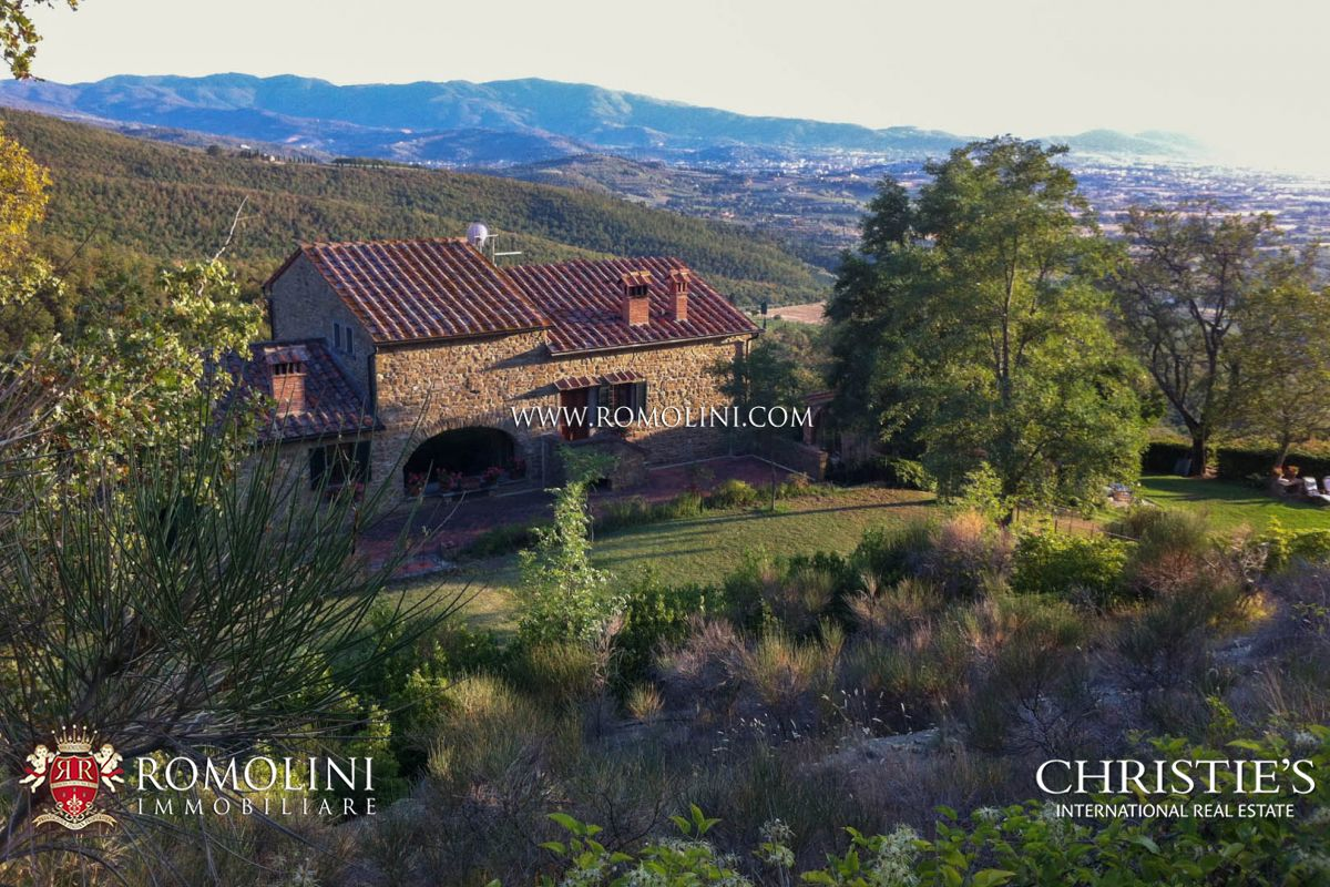 Additional photo for property listing at Tuscany - TUSCANY: LUXURY VILLA WITH PANORAMIC VIEW AND TENNIS COURT FOR SALE Arezzo, Italia