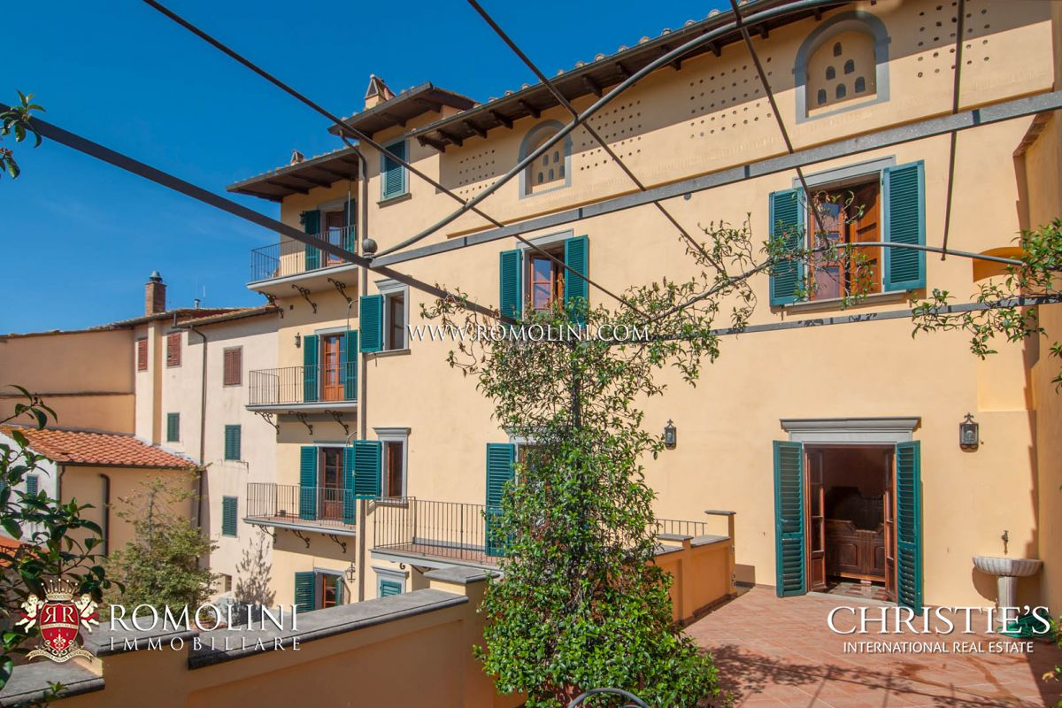 빌라 / 타운 하우스 용 매매 에 Tuscany - VALDARNO: HISTORICAL BUILDING WITH PANORAMIC VIEW FOR SALE Arezzo, 이탈리아