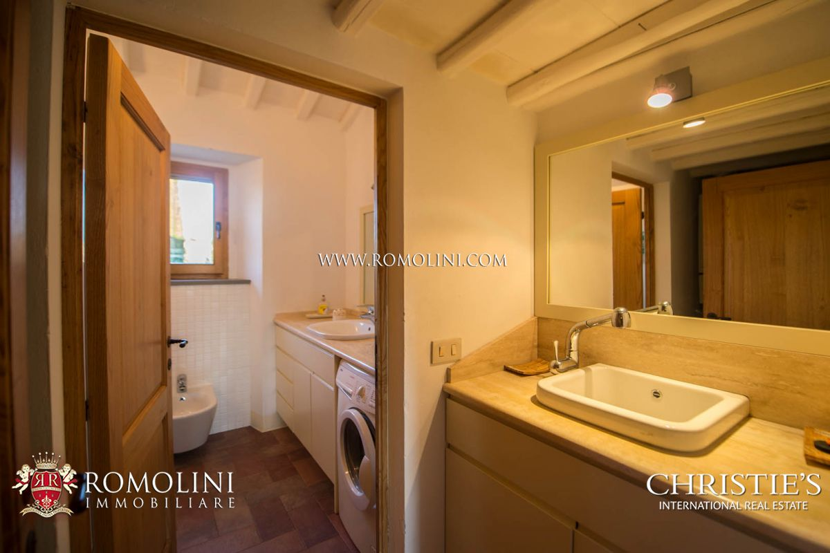 Additional photo for property listing at Tuscany - TYPICAL TUSCAN HAMLET WITH CELLAR AND VINEYARDS FOR SALE, CHIANTI CLASSICO Siena, Italie