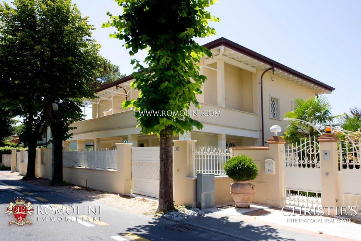 Additional photo for property listing at Tuscany - VILLA DIVIDED INTO TWO SECTIONS FOR SALE IN FORTE DEI MARMI Forte Dei Marmi, 이탈리아