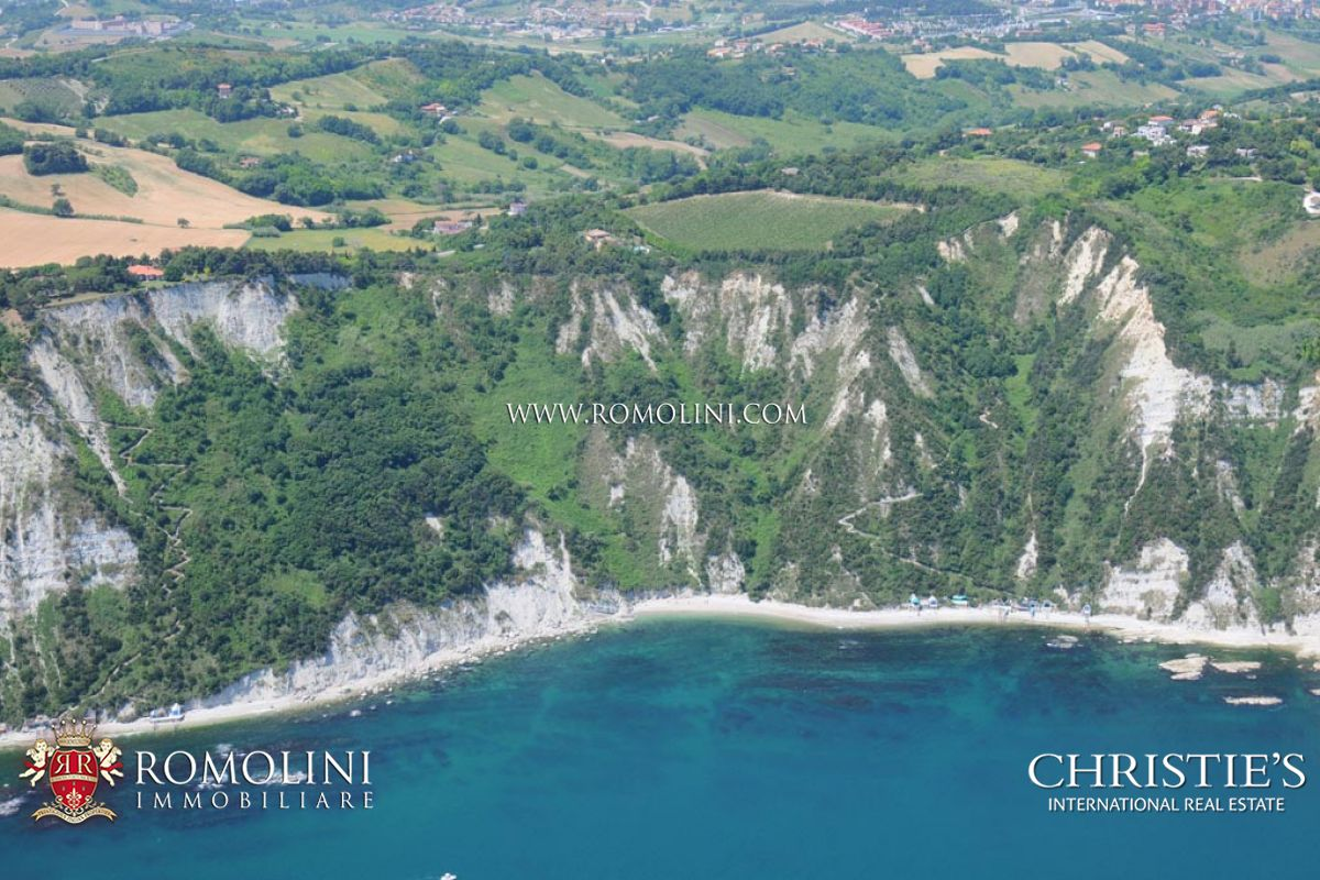 Additional photo for property listing at Marche - VILLA SEA VIEW WITH VINEYARD FOR SALE IN LE MARCHE Ancona, イタリア