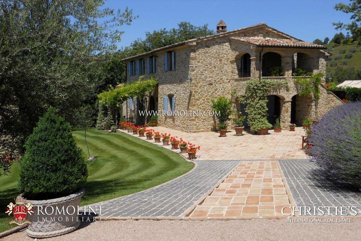 Prestigioso casale con dependance e piscina umbria for Disegni di case in vendita