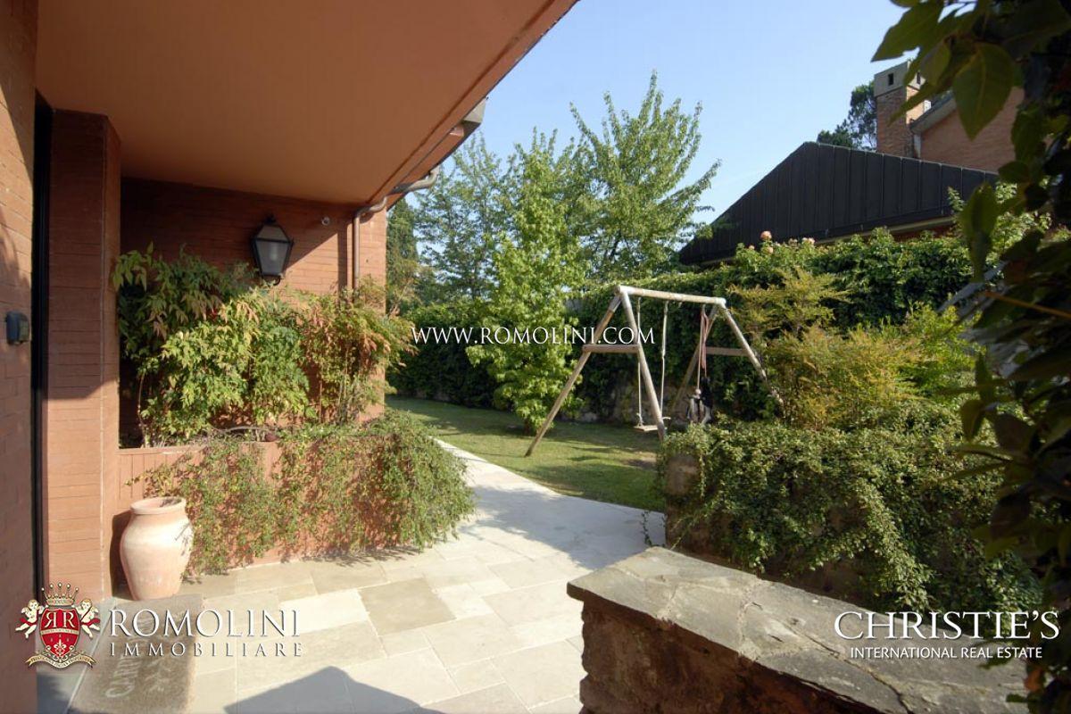 Villa moderna firenze villa con giardino e garage in for Giardino villa moderna