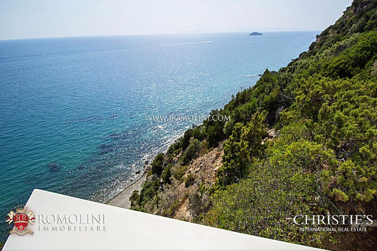 Additional photo for property listing at Tuscany - VILLA WITH DIRECT ACCESS TO THE SEA FOR SALE IN PUNTA ALA Punta Ala, Itália