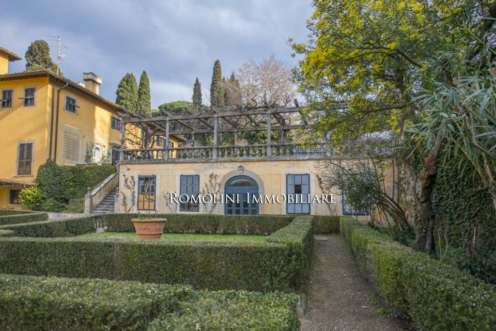 Additional photo for property listing at Tuscany - APARTMENT IN HISTORIC VILLA FOR SALE IN FIESOLE, FLORENCE Fiesole, Italie